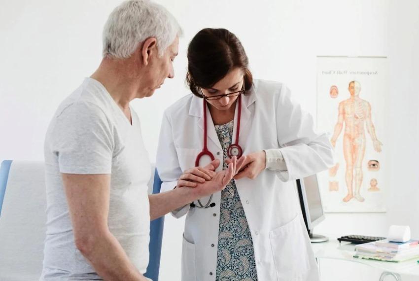 С какими симптомами обращаться к ревматологу и что лечит?